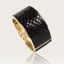 Fekete kígyómintás karperec, Ékszer, Karkötő, Fekete kígyómintás bőrből készült karperec belső része arany színű nikkelmentes fém. Rú..., Meska