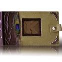 Pávás khaki zöld  fotóalbum bőrrátétes, Naptár, képeslap, album, Fotóalbum, A fotóalbum gerincén és ablakán marhabőr borítás van. Az oldalát  fémszál csipke, valamint a sarkait..., Meska