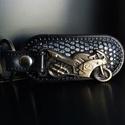 Motoros kulcstartó rájabőrös, Férfiaknak, Ékszer, kiegészítő, A motoros bőr kulcstartó egyedi, és különleges! Fémötvözet és rájabőr díszíti. Száguld..., Meska