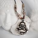 Fehér buddha nyaklánc, Ékszer, Viaszolt zsinóron lévő nyaklánc egzotikus drapp bőrrel, és fa gyönggyel van díszítve. Csús..., Meska