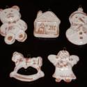 fenyődíszek 5db-os készletben, Dekoráció, Ünnepi dekoráció, Karácsonyi, adventi apróságok, Ajándékkísérő, képeslap, Karácsonyfadísz, Kerámia, Vörösre égő agyagból készült, fedő fehér mázzal díszített karácsonyi dekoráció. Mérete:6 cm magas 5..., Meska