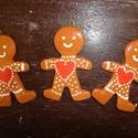 mézi szivecskés hármas ikrek, Dekoráció, Ünnepi dekoráció, Karácsonyi, adventi apróságok, Ajándékkísérő, képeslap, Karácsonyfadísz, Kerámia, Vörösre égő agyagból készült,karácsonyi dekoráció. Mérete:7 cm magas 3db-ból áll. , Meska