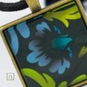 Subtle fekete lenyomat mintás nyaklánc, Ékszer, Nyaklánc, Medál, Ékszerkészítés, Nikkelmentes nyaklánc, 25x25 mm-es subtle mintás üveg medállal. Választható színű 80 cm-es bőr szíj..., Meska