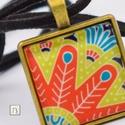 Tollszerű mandala nyaklánc, Ékszer, Nyaklánc, Medál, Ékszerkészítés, Nikkelmentes nyaklánc, 25x25 mm-es tollszerű mandala mintás üveg medállal. Választható színű 80 cm-..., Meska