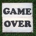 Game Over, Esküvő, Férfiaknak, Esküvői dekoráció, Vőlegényes, Festészet, fenyő deszkára festett barna alappal és vajszínű fedőréteggel visszakoptatva, fekete felirattal kés..., Meska