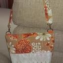 Virágmintás táska, Táska, Válltáska, oldaltáska, Vidám pamutvászon táska, egyik oldalán csipkedíszítéssel, két nyitott zsebbel, belül egy cipzáras zs..., Meska