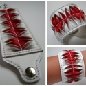 Fehér és piros bőr karkötő, Ékszer, Karkötő,  Klasszikus színek, az egyszerű csíkok, finom fodros hullámot képezve adja a mintát. Kéttűs ..., Meska