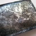Ezüst fényű és fekete bőr pénztárca, Táska, Pénztárca, tok, tárca, Pénztárca, Bőrművesség,  Klasszikus fekete, egy csipetnyi ezüsttel megszórva. Alapja gyík mintás ezüst fényű bőr, belül ped..., Meska