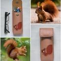 Fahéj vörös mókus mintás bőr tolltartó, szemüvegtok, Táska, Pénztárca, tok, tárca, Szemüvegtartó, Bőrművesség, Kézzel varrott, szabott, kívül belül bőr tolltartó (bőrrel bélelt).  Fahéj (sötét bézs) alapon móku..., Meska