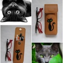 Barna fekete cica mintás bőr tolltartó, szemüvegtok, Táska, Pénztárca, tok, tárca, Szemüvegtartó, Kéttűs kézi bőr varrással összeállítva, 100% bőr, kívül belül. Karamell barna alapon, fekete macska ..., Meska