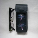 Kék hologramos szitakötő mintás bőr tolltartó, szemüvegtok , Táska, Pénztárca, tok, tárca, Szemüvegtartó, Kéttűs kézi bőr varrással összeállítva, 100% bőr, kívül belül (bélelt). Matt sötétkék alapú. A díszí..., Meska