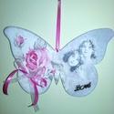 Szerelmes pillango ajtodisz, Baba-mama-gyerek, Dekoráció, Gyerekszoba, Mobildísz, függődísz, Decoupage, transzfer és szalvétatechnika, Rozsakkal es angyalokkal diszitett akaszthato pillango fabol.Rozsaszin masnival es fem Love felirat..., Meska
