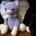 Nina - bájos cica, Otthon & lakás, Dekoráció, Amigurumi technikával, kézzel horgolt bájos cica, apró csengővel a nyakában.  Magassága ülve kb. 17 ..., Meska