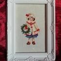 Karácsonyi mintás keresztszemes hímzés - kislánnyal, Otthon & lakás, Dekoráció, Ünnepi dekoráció, Karácsonyi mintával készült keresztszemes hímzés. Mérete: 10*15 cm. A képkeret dekoráció.    ..., Meska
