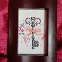 Keresztszemes hímzés - kulcs masnival, Otthon & lakás, Dekoráció, Kép, Díszes kulcs mintával készült keresztszemes hímzés. Mérete: 10*15 cm. A képkeret dekoráció.    ..., Meska