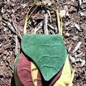 Őszi leveles, Táska, Válltáska, oldaltáska, Valódi bőr táska, alul 30, felül 19 cm, a magassága 29 cm. A levelek kettő rekeszt  rejtenek., Meska