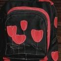 Pipacsos, Táska, Hátizsák, Varrás, 35 cm magas, 29 cm széles műbőr hátizsák. Fekete-piros. A nagy zseb 6cm széles, a középső 3cm széle..., Meska