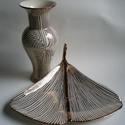 Gingko tálaló és váza, Dekoráció, Otthon, lakberendezés, Kaspó, virágtartó, váza, korsó, cserép, Ünnepi dekoráció, Kerámia, Ez a szett egy gingko tálalóból áll (12x 34x29 cm) és egy hozzá tartózó vázából(27x13 cm) áll. A mi..., Meska