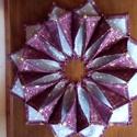 Karácsonyi asztal közép, Dekoráció, Karácsonyi, adventi apróságok, Ünnepi dekoráció, A teritőt karácsonyi mintájú pamutvászonból patchwork technikával készítettem.  3 rétegű , töltő flí..., Meska