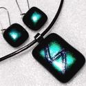 Selyemfényű smaragdt ékszerszett, ajándék  szalagavatóra, névnapra, születésnapra, karácsonyra., Ékszer, óra, Fülbevaló, Ékszerszett, Nyaklánc, Ékszerkészítés, Üvegművészet, Fusing technikával készült  medál és fülbevaló. Fekete alapon  smaragd-kék-zöld  bevonatú dichroic ..., Meska