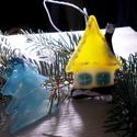 Liliputi házikó fenyőfával, karácsonyfadísz.