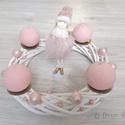 Rózsaszín-fehér adventi koszorú, Karácsony & Mikulás, Adventi koszorú, Virágkötés, Rózsaszín-fehér adventi koszorú kislány figurával.  Méret: 30 cm széles, 25 cm magas, Meska