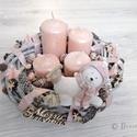 Jegesmacis adventi koszorú, Karácsony & Mikulás, Adventi koszorú, Virágkötés, Szürke-rózsaszín adventi koszorú jegesmedve figurával.  Méret: 25 cm széles, 16 cm magas, Meska