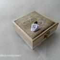 Gyűrűtartó doboz , Esküvő, Gyűrűpárna, Kedves gyűrűtartó doboz fából, hímzett mongrammal, organza virággal és csipedíszítéssel a..., Meska