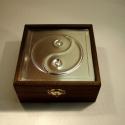 Jin-jang szimbólumos díszdoboz, Dekoráció, Férfiaknak, Otthon, lakberendezés, Tárolóeszköz, Dombornyomott alumínium- vagy rézlemezzel díszített fadoboz.   Mérete: 13,5 cm x 13,5 cm x 6/7,5 cm ..., Meska