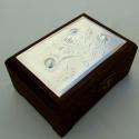 Virágos dobozka 1, Otthon, lakberendezés, Dekoráció, Tárolóeszköz, Doboz, Dombornyomott alumíniumlemezzel díszített pácolt fadoboz. Rézlemezzel, világosabb pácolással is rend..., Meska