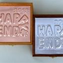Happy end évszámos díszdoboz diplomaosztóra, érettségire, ballagásra, Dekoráció, Otthon, lakberendezés, Tárolóeszköz, Doboz, Dombornyomott alumínium- vagy rézlemezzel díszített fadoboz.   Mérete: 13,5 cm x 13,5 cm x 5 cm  Az ..., Meska