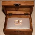 Szívecskés gyűrűtartó doboz dombornyomott fémlemezzel, exkluzív béléssel, Dekoráció, Esküvő, Gyűrűpárna, Dombornyomott alumíniumlemezzel díszített pácolt fadoboz fehér selyembéléssel.  Mérete: 12,5 cm x 9 ..., Meska