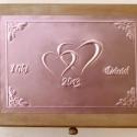 Nagy szívecskés esküvői doboz - egyedi felirattal rendelhető!, Esküvő, Otthon, lakberendezés, Nászajándék, Tárolóeszköz, Egyedi dombornyomott fémlemezzel díszített esküvői doboz 25 cm × 19 cm × 8,5 cm méretben.  Lehet nás..., Meska