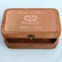 Évfordulós dobozka egyedi felirattal, Otthon, lakberendezés, Tárolóeszköz, Doboz, Egyedi dombornyomott fémlemezzel díszített születésnapi doboz 19 cm  × 12 cm × 7 cm méretben.  Tetsz..., Meska