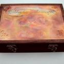 Alkalmi feliratos kallantyús dobozka, Otthon, lakberendezés, Dekoráció, Tárolóeszköz, Doboz, Egyedi feliratos fémlemezzel díszített fadoboz.  Tetszőlegesen kiválasztható: - fémlemez: réz-, ille..., Meska