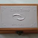 Gyűrűtartó doboz dombornyomott fémlemezzel, exkluzív béléssel, Dekoráció, Esküvő, Gyűrűpárna, Dombornyomott alumíniumlemezzel díszített pácolt fadoboz fehér selyembéléssel.  Mérete: 12,5 cm x 9 ..., Meska