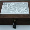 Számzáras Vasarely-mintás doboz, Dombornyomott fémlemezzel díszített doboz 25 cm...