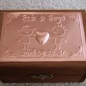Neves/dátumos gyűrűtartó doboz dombornyomott fémlemezzel, exkluzív béléssel, Dekoráció, Esküvő, Gyűrűpárna, Dombornyomott fémlemezzel díszített pácolt fadoboz fehér selyembéléssel. A dobozka fedlapjára kerülő..., Meska