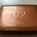 Monogramos-szíves születésnapi doboz, Egyedi dombornyomott fémlemezzel díszített szü...