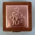 """""""Miénk a világ"""" - gyűrűtartó doboz dombornyomott fémlemezzel, exkluzív béléssel =, Dekoráció, Esküvő, Gyűrűpárna, Dombornyomott rézlemezzel díszített pácolt fadoboz fehér selyembéléssel.  Ez a dobozka azoknak a sze..., Meska"""