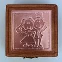"""""""Just married"""" - gyűrűtartó doboz dombornyomott fémlemezzel, exkluzív béléssel =, Dekoráció, Esküvő, Gyűrűpárna, Dombornyomott rézlemezzel díszített pácolt fadoboz fehér selyembéléssel.  Gyűrűtartó dobozka, amely ..., Meska"""