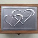 Szívecskés gyűrűtartó doboz monogrammal és exkluzív béléssel, Dekoráció, Esküvő, Gyűrűpárna, Dombornyomott alumíniumlemezzel díszített pácolt fadoboz fehér selyembéléssel.  Mérete: 12,5 cm x 9 ..., Meska