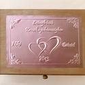 Tréfás doboz lánybúcsúra külső és belső felirattal, cédulákkal, Egyedi dombornyomott fémlemezekkel díszített tr...