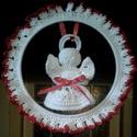 Karácsonyi horgolt ablak dísz Angyalkával., Dekoráció, Ünnepi dekoráció, Karácsonyi, adventi apróságok, Karácsonyi dekoráció, Horgolás,   15 cm fémkarikát fehér selymes horgoló szállal körbe horgoltam, majd piros horgolófonallal és pir..., Meska