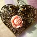 Nagy szíves nyaklánc, rózsával és masnival (dolledup) - Meska.hu