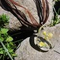 Aretha - Csepp alakú szárított virágos medál/kulcstartó, Ékszer, Mindenmás, Medál, Kulcstartó, 25 mm-es csepp alakú medál műgyantából, benne szárított ekrü színű virággal. A medált én készítettem..., Meska