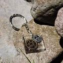 Kronosz - Négyzet alakú fogaskerekes medál/kulcstartó, Ékszer, óra, Mindenmás, Medál, Kulcstartó, Ékszerkészítés, Mindenmás, 25 mm-es kör alakú medál műgyantából, benne fogaskerekekkel és csillámporral, a steampunk stílus je..., Meska
