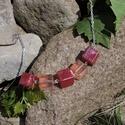 Endóriel - kocka gyöngyös nyaklánc, Ékszer, Nyaklánc, Ékszerkészítés, Mindenmás, Egy kis romantikus stílus. 5 db 12 mm-es kocka gyöngy műgyantából, 340 mm hosszú láncon. A medált é..., Meska