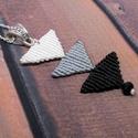 Tripla háromszög ombre nyaklánc - fehér-fekete, Ékszer, Nyaklánc, Makramé technikával készült medál, 3 különböző színű szatén fonallal és egy fekete gyönggyel. A medá..., Meska