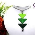 Tripla háromszög nyaklánc - zöld, Ékszer, Nyaklánc, Makramé technikával készült medál, 3 különböző színű szatén fonallal és egy fekete gyönggyel. A medá..., Meska